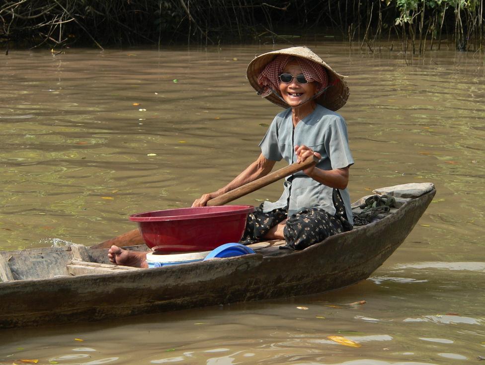 Kis hajó az élet tengerén. Az Indokínát átszelő Mekong folyó hatalmas deltavidéket formált a félsziget déli végében, amelynek nagy része Vietnamhoz tartozik. A sűrűn lakott delta látja el élelemmel Saigont, rizzsel a fél országot. A dunántúlnyi méretű, folyóágakkal és csatornákkal behálózott területet komoly mértékben fenyegeti a klímaváltozás. A földrajzi mérések szerint, ha a tenger szintje a globális felmelegedés miatt egy méterrel megemelkedik, a delta szárazulatainak fele (amelyeken közel tízmillió ember él és gazdálkodik jelenleg) víz alá kerül. De, ismerve az ország történelmét, a vietnami emberek szorgalmát, kitartását, lelki erejét, élelmességét, megoldják majd ezt a problémát is.