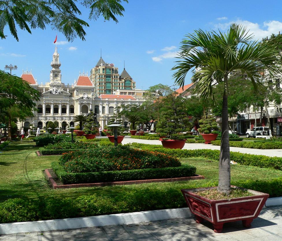 A saigoni városi tanács épülete előtti, szépen gondozott park a nyugalom szigete a közel nyolcmilliós, zsúfolt megalopolisz közepén. Még a franciák építették városházának az 1900-as évek elején, és funkcióját máig megtartotta. A téren áll a város modern kori névadójának, Ho Si Minh-nek a szobra. A legendás Ho apó az északiak vezetőjeként az USA által támogatott déliek elleni háborúban győzelemre vitte a népét, és egyesítette a két részre szakadt országot.