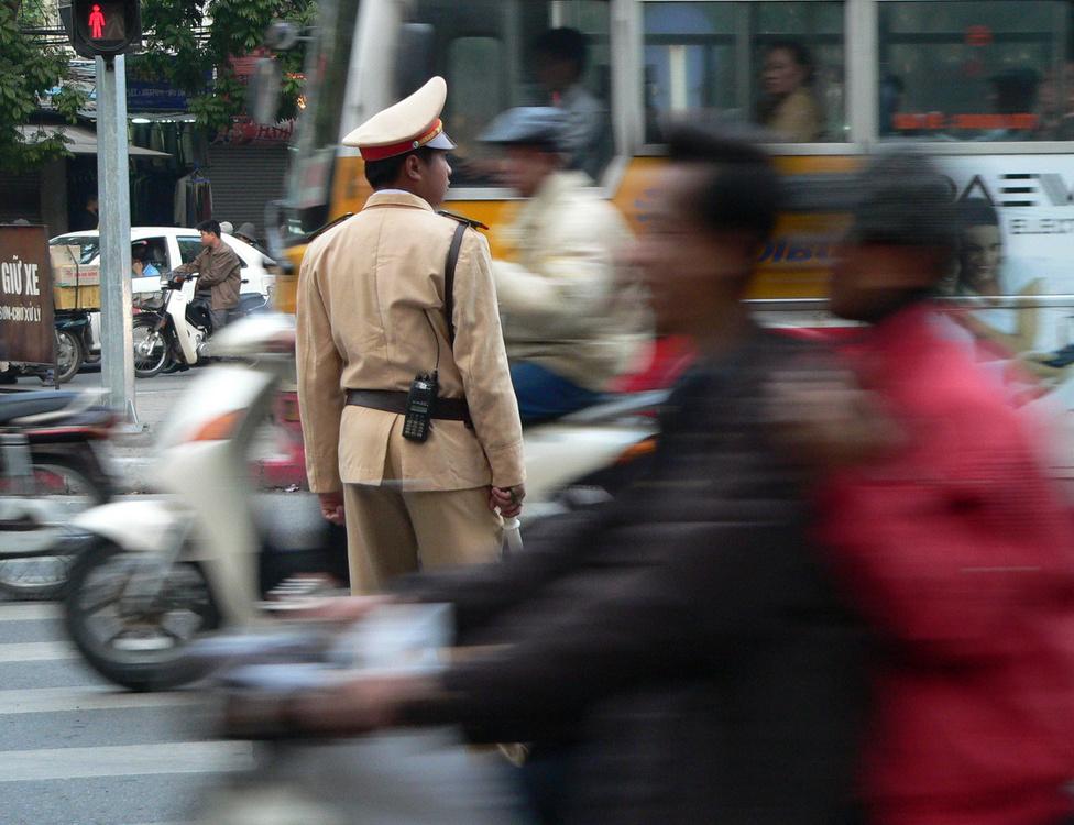 A káosz egyenruhás ura. Csúcsforgalom idején, dugókban közlekedési rendőrök irányítják a forgalmat, karjelzéseik mellett leginkább szigorú tekintetükkel terelgetik a forgalmat, amelynek résztvevői természetesen csakis a rendőr tízméteres körzetében engedelmeskednek.