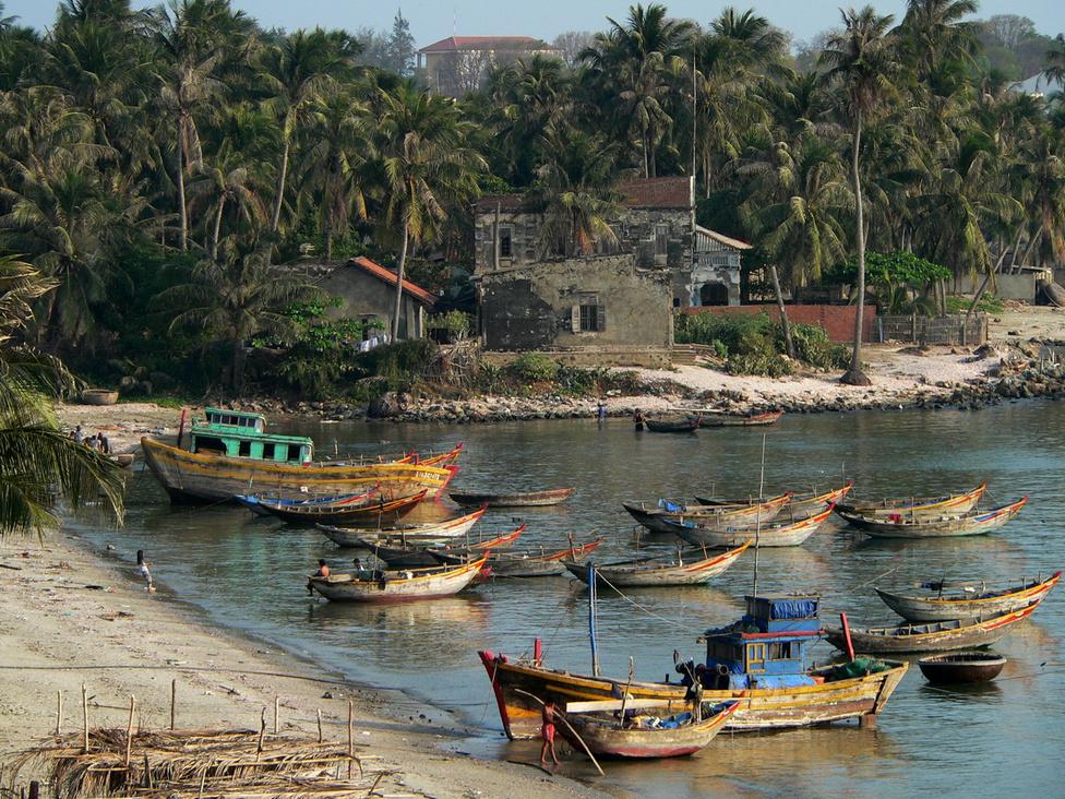 Nemcsak festményeken ragyognak a színek Vietnamban, de a valóságban is: a 3500 kilométer hosszú tengerparton olyan festői szépségű helyekre bukkan a látogató, mint ez az öböl Mui Ne közelében. A fölötte elterülő kis falu lakói főleg halászatból, illetve az élénkülő turizmusból élnek.