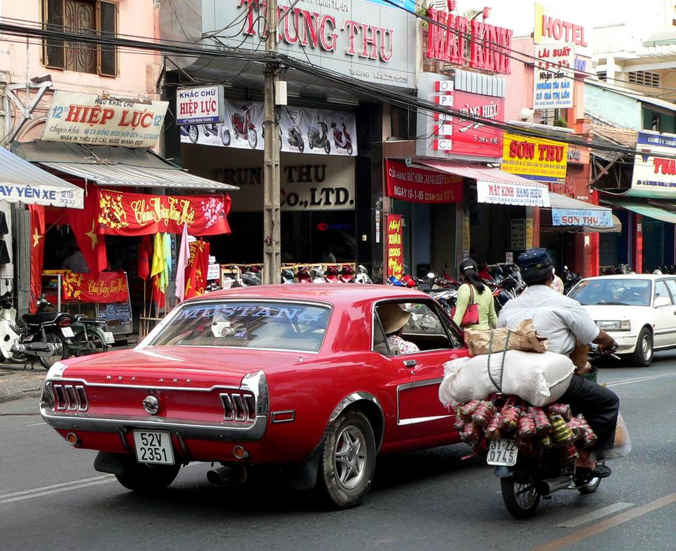 Háborús veterán Saigonban. Az amerikaiak által a háború végén otthagyott Ford Mustangnak szerető gazdája akadt, aki gondosan karban tartja. Nincs harag: az egy T betű híján tökéletes állapotú pony car ma ismét menő, akárcsak a Coca Cola, Madonna, vagy a Marlboro cigaretta.