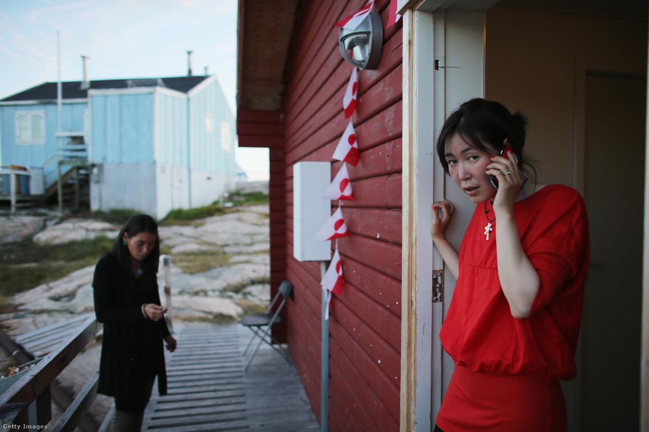 Esküvő készülődik egy grönlandi kisvárosban. Aleqa Hammond, Grönland áprilisban megválasztott első női miniszterelnöke szerint a klímaváltozás mind politikai, mind kulturális, mind gazdasági szempontból alapvetően befolyásolja az ország mindennapjait, de rengeteg lehetőséget is magában rejt.