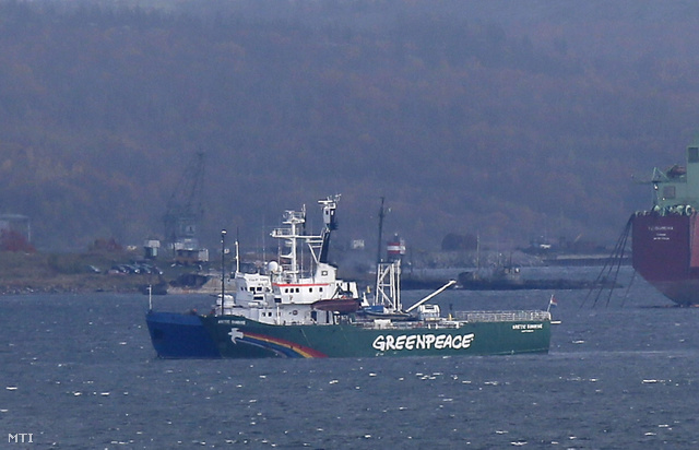 A Greenpeace nemzetközi környezetvédő szervezet Arctic Sunrise nevű hajóját Murmanszkba vontatták.