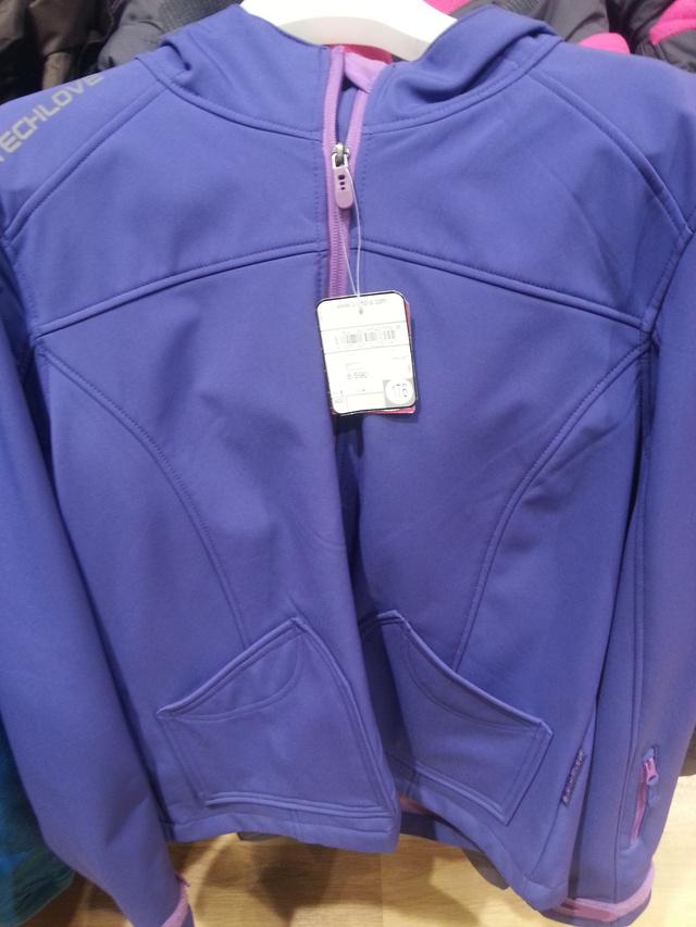 Softshell kabát, ez akár felnőtteknek is jó lehet, viszont maximum vízlepergető. 8590.-