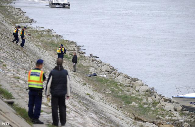 A halott csecsemőt a Duna partján, a köveken találták meg