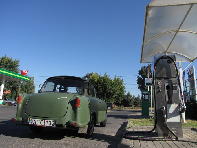 Filling up the LPG-tank is a happy moment. You pay 30 percent less for LPG then for regular, cruising with a converted Trabi is really economical. Let's hit the M7!