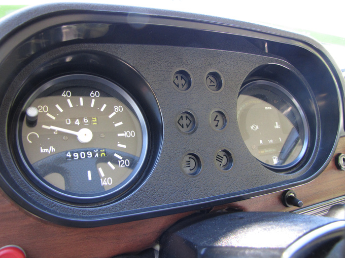 These were the high-tech instruments in the Wartburgs in the mid-eighties, meant to help economical driving. They were very modern, but not when compared to the instrument panel of any non-east-block car