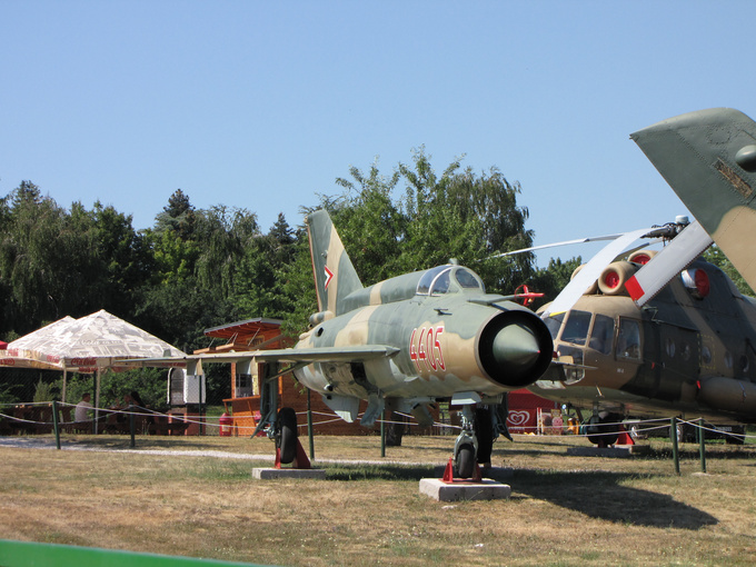 We went for a drive, looking for a proper lángos, a traditional Hungarian fried dough, a must when you're at the Balaton. We didn't find any, but found old military equipment displayed at the ex-pioneer-camp!