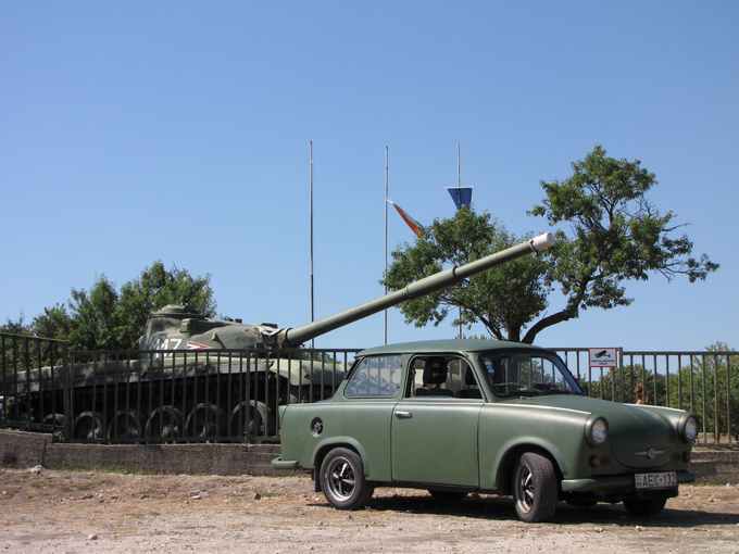 Of course we took a picture of the olive-green Trabi and the T-72 tank