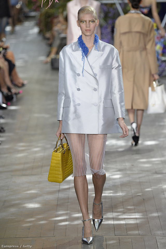 A fényes árnyalatokat kapott zakókat és a klasszikus táskákat szívesen látnánk a ruhatárunkban jövő nyáron.