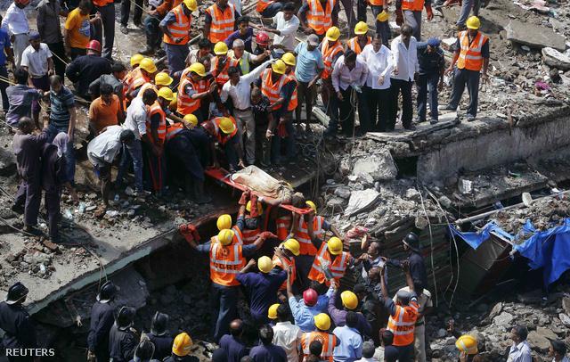 Túlélőt emelnek ki az összedőlt ház alól Mumbaiban