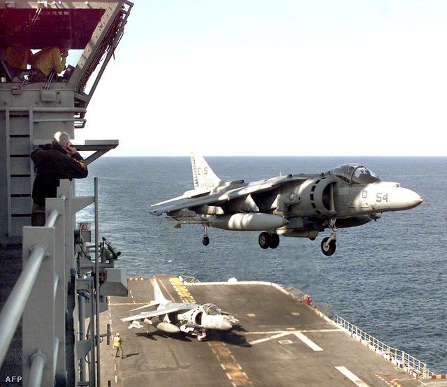 Harrierek térnek vissza egy küldetésről a USS Nassau fedélzetére, 1999. április 14-én