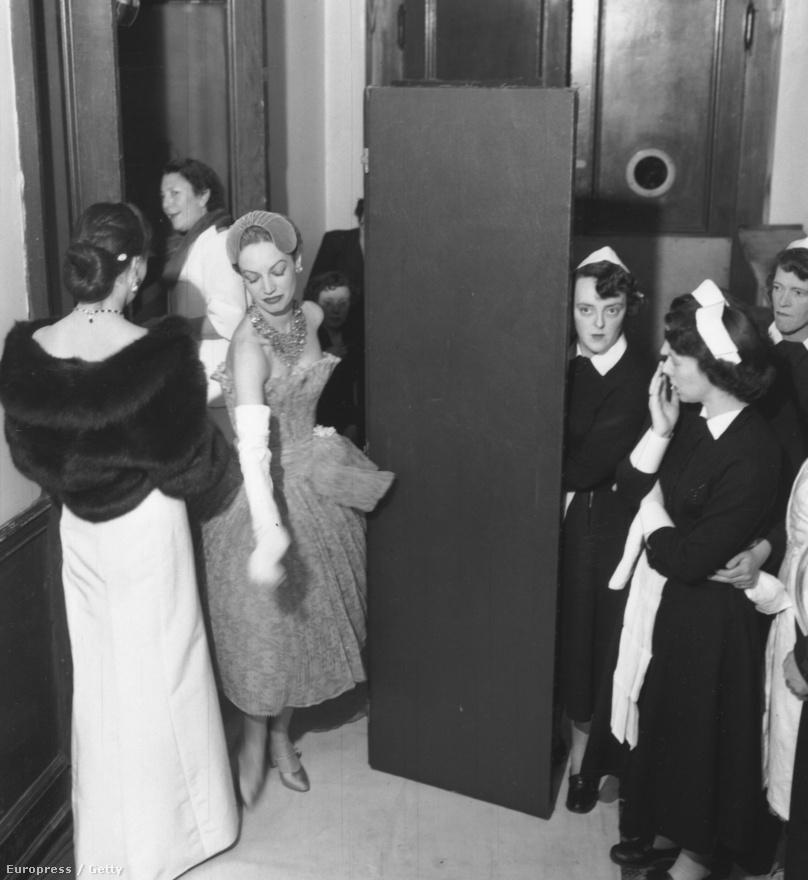 1955. Christian Dior divatbemutató Skóciában. A híres párizsi tervező 172 ruhát reptetett Glasgow-ba, ami szenzációnak számított akkoriban. A ruhákat hatvanezer font értékben biztosították a repüléshez.