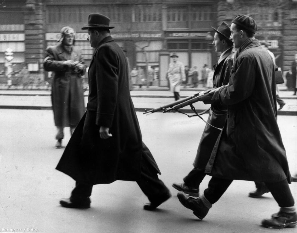1956. Magyar felkelők fegyverrel kísérnek kihallgatásra egy titkosrendőrt, november 12-én.