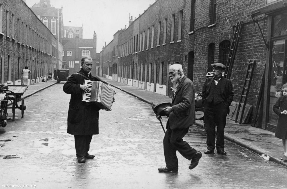 1938. Utcazene és tánc (ismeretlen helyszín)