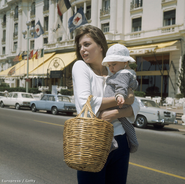:Jane Birkin And Her Daughter Charlotte Gainsbourg In Nice In 1972