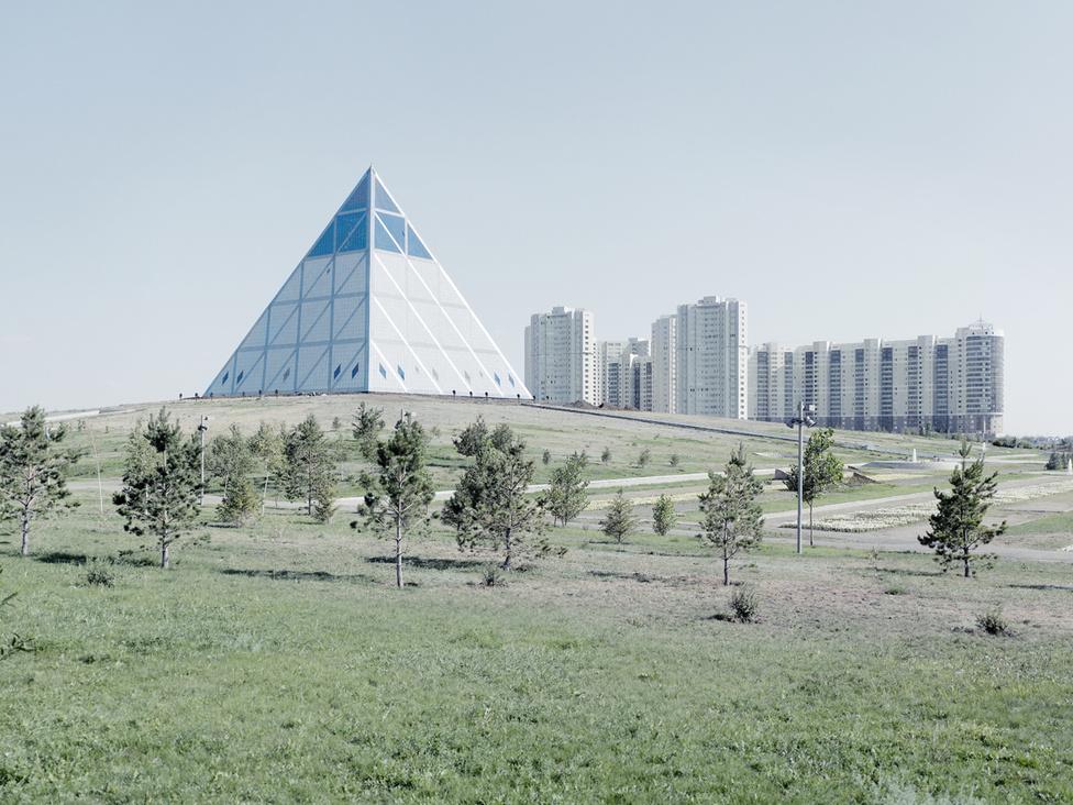 A 77 méter magas, piramis alakú Béke és Kiegyezés Palotáját - Nazarbajev elnöki palotáját - 58 millió dollárból építették fel. Az épületet tervező brit mérnökök óriási technológiai bravúrt hajtottak végre, amikor megoldották, hogy az épület fémszerkezet kibírja az extrém hőmérséklet miatt akár 30 centiméteres hőtágulást is.