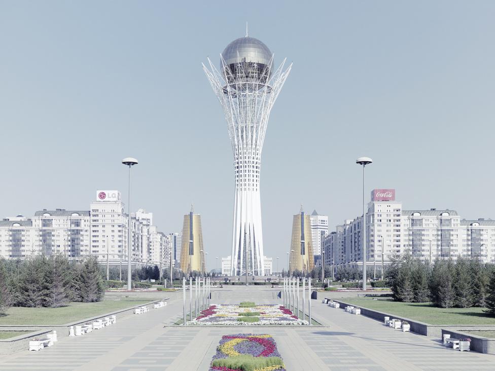 Asztana és a kazah megújulás jelképe a türk eredetmítoszt szimbolizáló, egy nyárfa ágai között fekvő aranytojást ábrázoló, 105 méter magas torony, a Bayterek. A torony tetején a látogatók megnézhetik Nazarbajev jobb tenyerének aranyba öntött lenyomatát, és ha beleillesztik a saját kezüket, kívánhatnak is egyet.