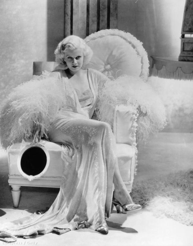 Jean Harlow az 1933-as Vacsora nyolckor című George Cukor filmben divatba hozta a hullámos platina szőke frizurát.