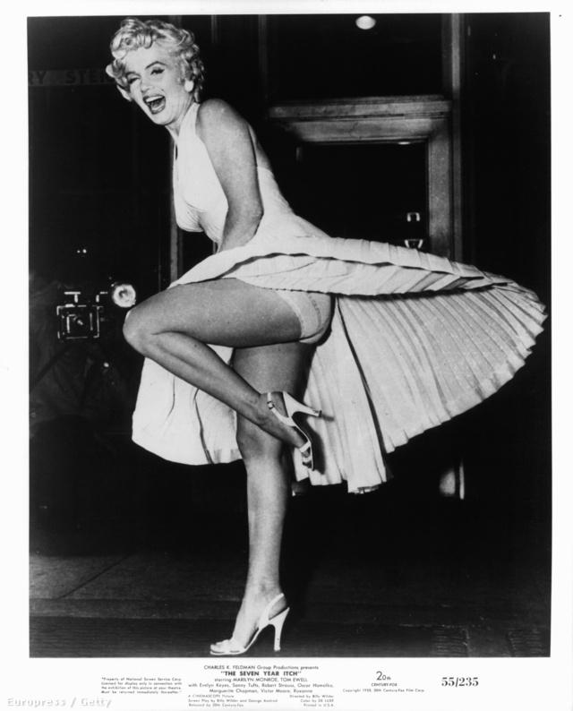 Monroe minden idők egyik legemlékezetesebb jelenetében éppen egy kivágott fehér ruhában egy szellőző felett állva libbenti fel bájait a közönségnek.