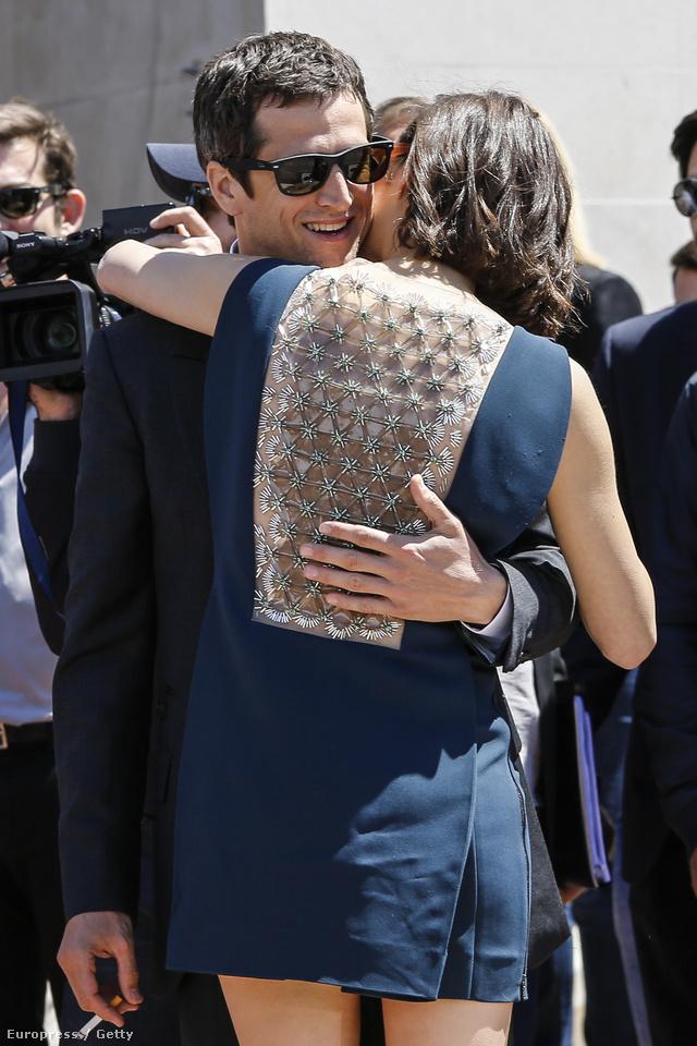 A színésznő mindig ügyel a részletekre, tudja, hogy a ruha hátulja legalább annyira fontos, mint az eleje.