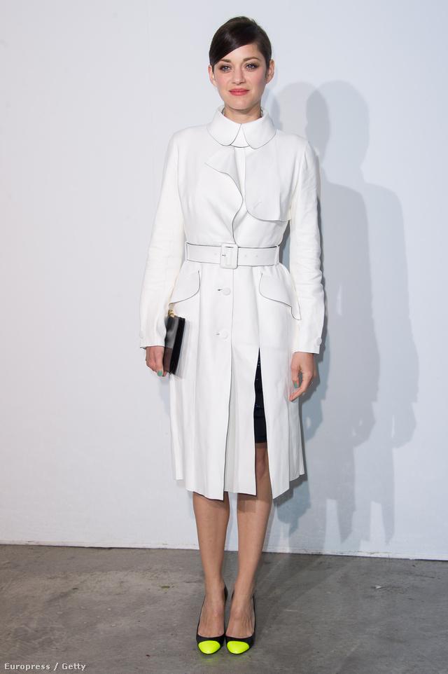 A 2014-es Dior Cruise bemutatóra galléros tört fehér kabátban érkező Cotillard egy neonzöld lakkozott orrú cipővel tette még menőbbé szettjét.