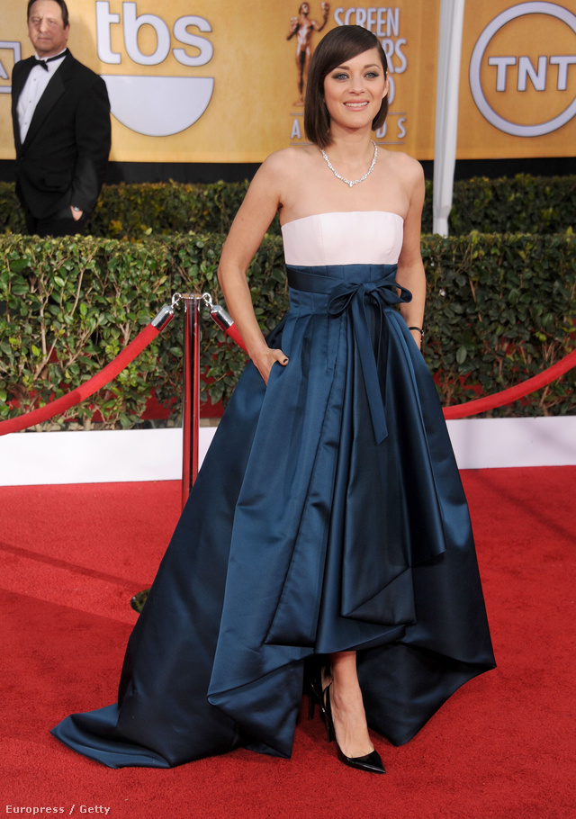 A fehér-kék színeket kapott vállnélküli ruha bő alsórészt és zsebet is kapott