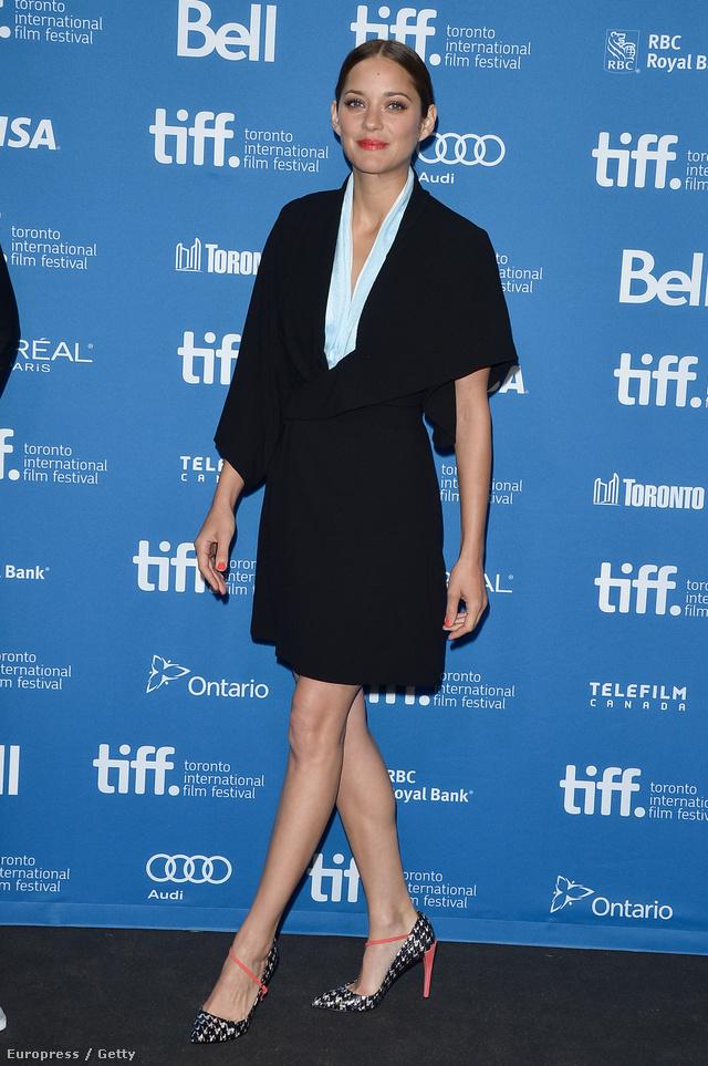 Naná, hogy Cotillard egy klasszikus fazonú Dior ruhában került fel a legjobban öltözött színésznők listájára a torontói filmfesztiválon is az ősszel.
