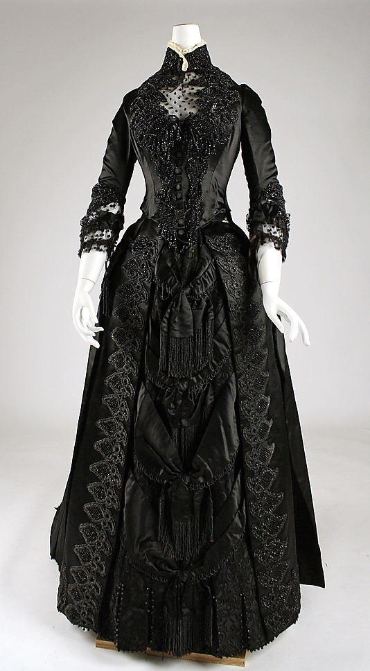 Ez már nem Jacobs tervezése, ezt a ruhát 1887-ben tervezték.