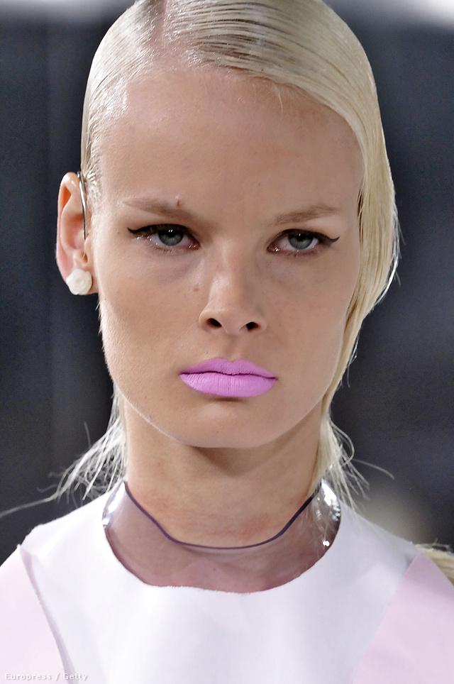 Lenyalt frizura, ijesztő pink rúzs a  Prabal Gurung modelljén.