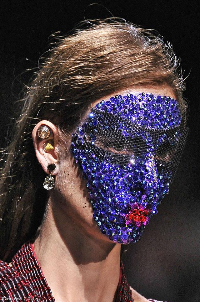 A Givenchy sminkmestere Pat McGrath 12 órán át applikálta rá a modellekre a kristályokkal, flitterekkel és hálóval kirakott maszkot.