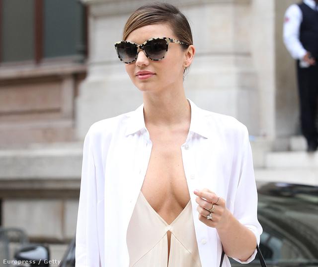 Miranda Kerr így reklámozza Stella McCartney-t a párizsi divathéten