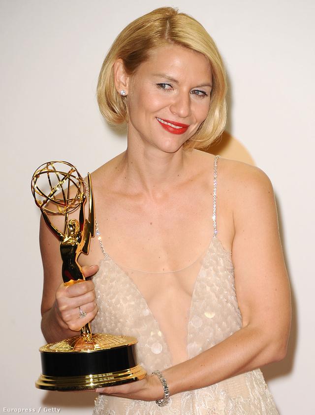 Claire Danes így vette át Emmy díját idén. Merész.