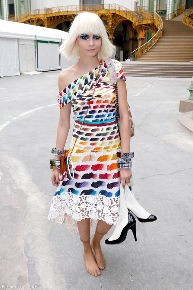 A legújabb Chanel szettben hagyja el a divatbemutató helyszínét.