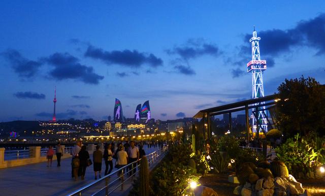 A parti sétány a kivilágított Flame Towers-szel és a szimbolikus olajfúrótoronnyal.