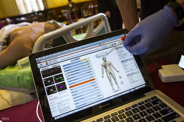 Képünk illusztráció (A Semmelweis Egyetem Aneszteziológiai és Intenzív Terápiás Klinikájának egyik rezidense bemutatja a szimulációs központ egyik eszközét a Kutatók Éjszakáján)