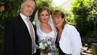 63 éves ruhában ment férjhez