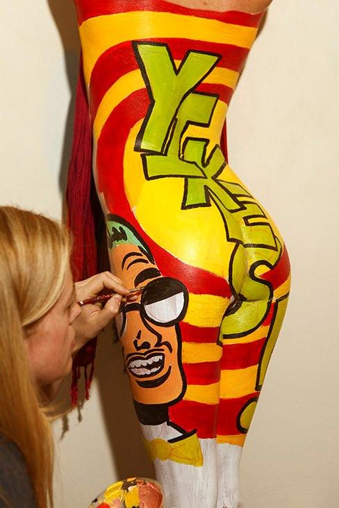 A 32 éves művész testfestéssel is próbálkozik.