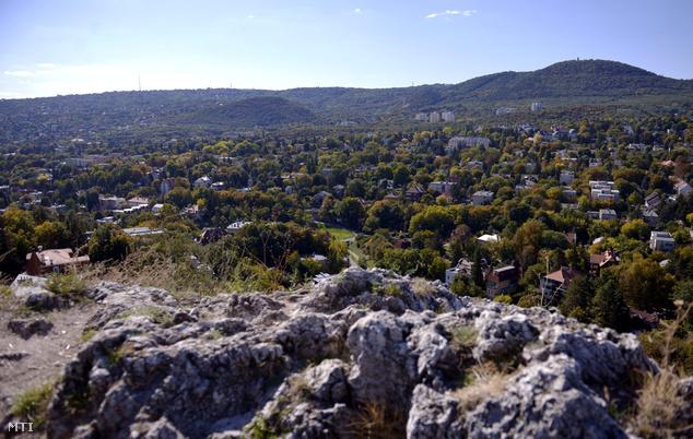 Pasarét és a Budai-hegység látképe az Apáthy-szikla felől 2013. október 2-án. A völgyben helyezkedik el a Bauhaus stílusban épült Napraforgó utcai kísérleti lakótelep. 1931-ben a Fővárosi Közmunkák Tanácsának pályázata alapján összesen tizenkilenc ház épült fel a kor neves építészeinek tervei alapján.
