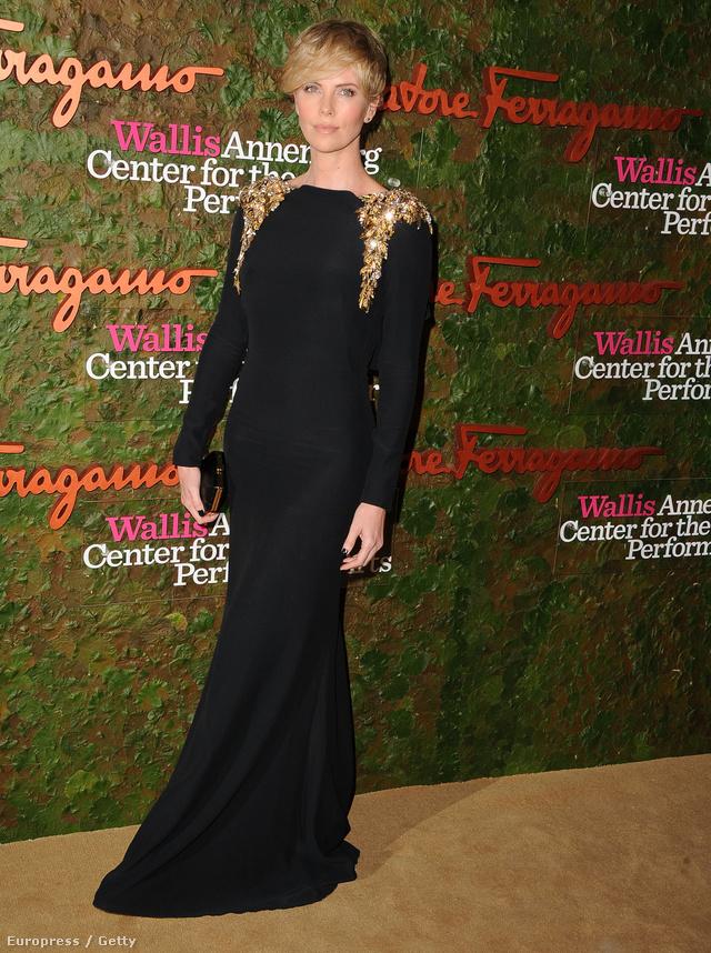 Charlize Theron Alexander McQueen ruhát választott, igaz, a kistáskája Ferragamo. Így lázad?