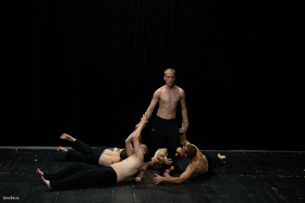 """1994 óta folyik a művészetterápia Komlón, Miodragovits Vince vezeti a programot, hetente egy-két alkalommal tart csoportfoglalkozásokat. Ugyanilyen csoportokat tart fiatalkorúak börtönében, hátrányos helyzetű gyerekeknek, és mint mondja """"bárkinek, csak a normálisaknak nem."""" Évente két-három új darabot próbálnak, most Hajnóczy Péter: A halál kilovagolt Perzsiából című művén van a sor, az előző munka egy Shakespeare, az az előtti Orwell Állatfarmja volt. """"Nem csak függő darabokat veszünk elő, inkább az élethelyzetekre koncentrálunk. A lényeg a terápiában az, hogy a művészettel kilépjenek a megszokott köreikből. A függők nem gyakran csinálják végig azokat a dolgokat, amiket elkezdenek, de itt ezt muszáj végig vinniük"""" - mondja Miodragovits, én pedig arra gondolok, hogy ember legyen a talpán, aki egy ennyire stresszes helyzetet, amit egy valódi színházi előadás jelent, egy korty alkohol, és minden fajta tudatmódosító nélkül végigcsinál. A Hajnóczy darabot október 18-án a pécsi Harmadik Színházban adták elő a terápiás közösség tagjai, nagyjából száz fős, szakmai közönség előtt. """"Ha találtok a színházban alkoholt, ne igyátok meg. Ha találtok drogot, ne használjátok el"""" - indítja útjukra az intézetvezető Komlóról Pécsre a függőket. A pécsi előadás a legprofibb színházi élményt adja, legkevésbé sincs olyan érzése a nézőnek, hogy amatőr színjátszókat figyel lélegzetelállítva."""