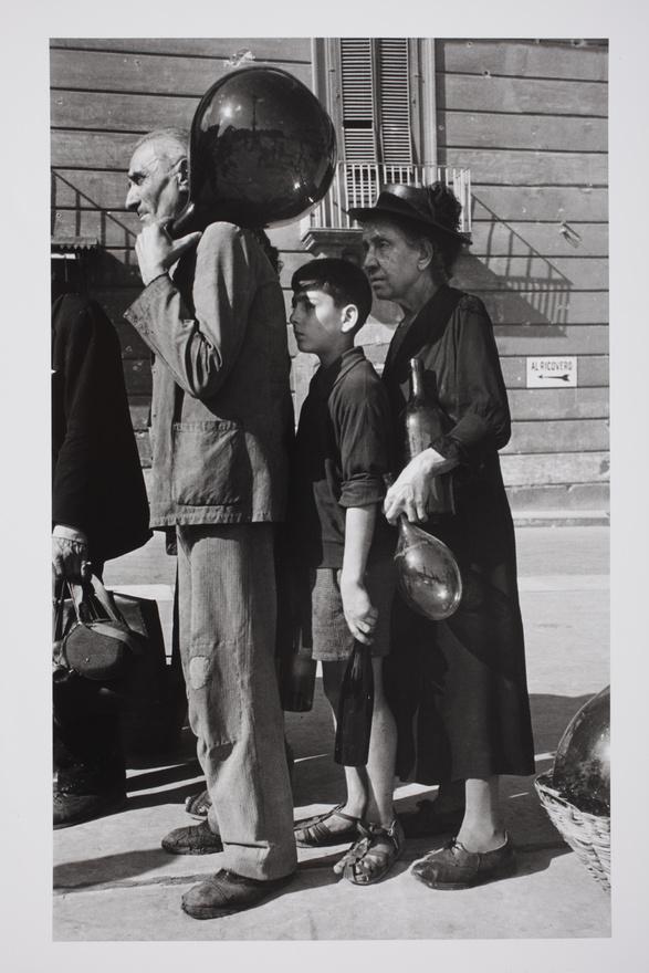 Nápoly, 1943. október                         Vízért sorban állók. Visszavonulás közben a németek felrobbantották a vízvezetékeket, aminek következtében több mint negyedmillió ember maradt víz nélkül. A szövetséges haderő a bevonulást követően lajtoskocsikból látta el a város lakosságát.