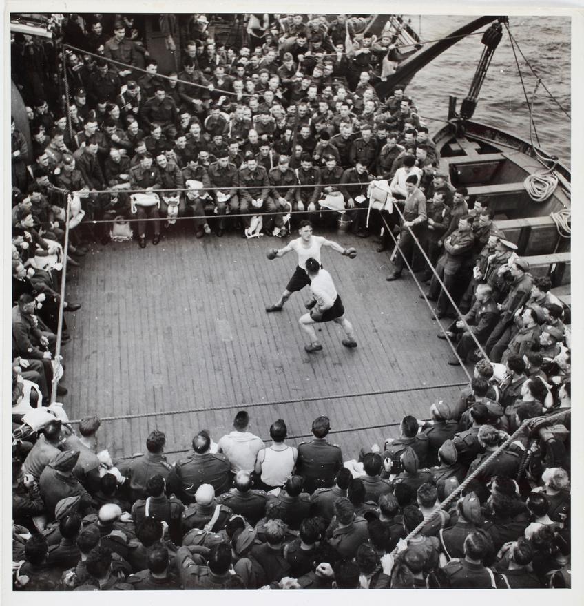 Bokszmeccs egy csapatszállító hajó fedélzetén, Észak-Afrika, 1943.; Archív kép az MNM gyűjteményéből