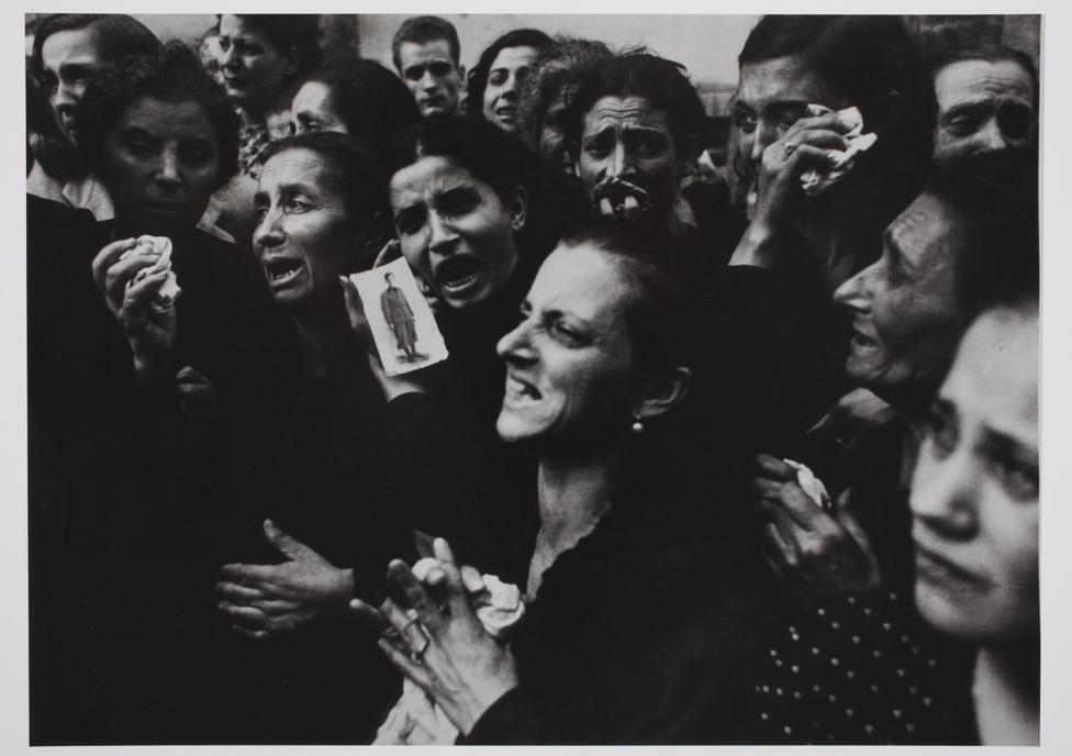 Nápoly, 1943. október 2.                         A Sannazao Liceo húsz tizenéves diákjának temetése. Egyik tanáruk vezetésével ezek a fiúk négy napig harcoltak a németek ellen, mielőtt a szövetségesek bevették a várost.