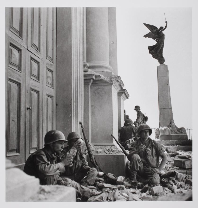 Amerikai katonák a Maria Santissima Assunta katedrális előtt, miután 6 napos ostromot követően elfoglalták a kisvárost. Troina, Szicília, 1943. augusztus 6 után