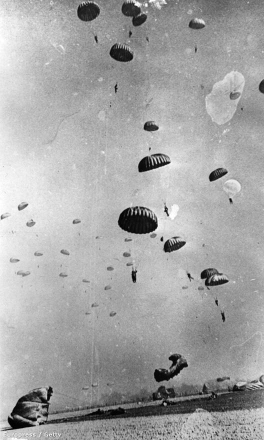 Ejtőernyősök a Rajna felett                         1945. március 24. Az amerikaiak 17-es légi szállítású hadosztályának deszantosai földet érés közben. A németországi Wesel közelében a Szövetséges Légi szállítású Hadsereg akciójának célja a rajnai átkelés biztosítása volt.