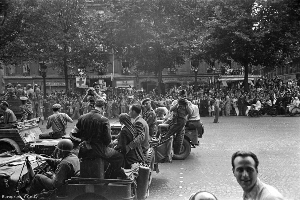 1944. augusztus elseje, a szövetséges csapatok bevonulása Párizsban. Capa fényképezőgépével a kép közepén, a másik fotós svájcisapkában George Roger, a Magnum ügynökség alapító tagja