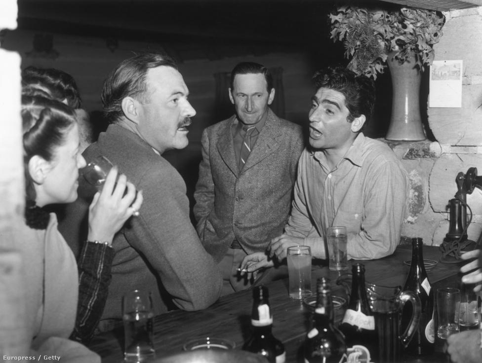 1940. november 16. Capa és  Ernest Hemingway az idahói Trail Creek Cabin nevű bárban. Capa a Life magazinnak készített egy anyagot az amerikai íróról, szüntelenül fényképezte, ivás közben is. Hemingway ezért veszekedett vele, Capa engesztelésképpen az egyik negatívot megsemmisítette.
