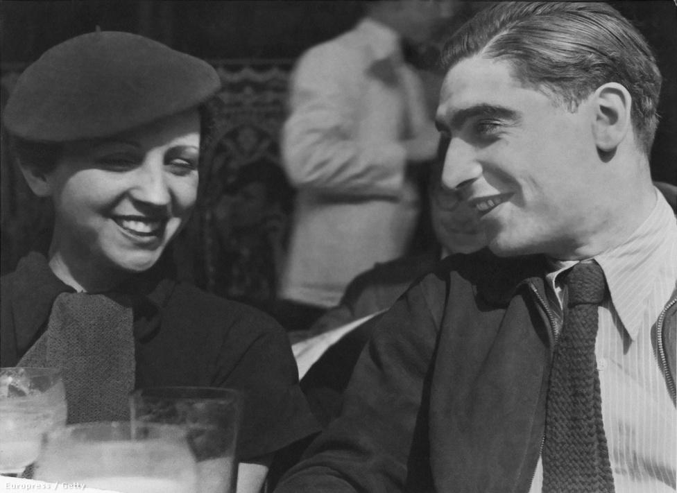 Szerelmével, Gerda Taro-val. Taro kezdetben Capa tanítványa később alkotótársa. 1937. július 25-én Taro Capa nélkül fotózott. Egy bombatámadás elől menekülve érte a végzetes baleset, a kocsinak, amin utazott egy tank rohant, másnap belehalt sérüléseibe.