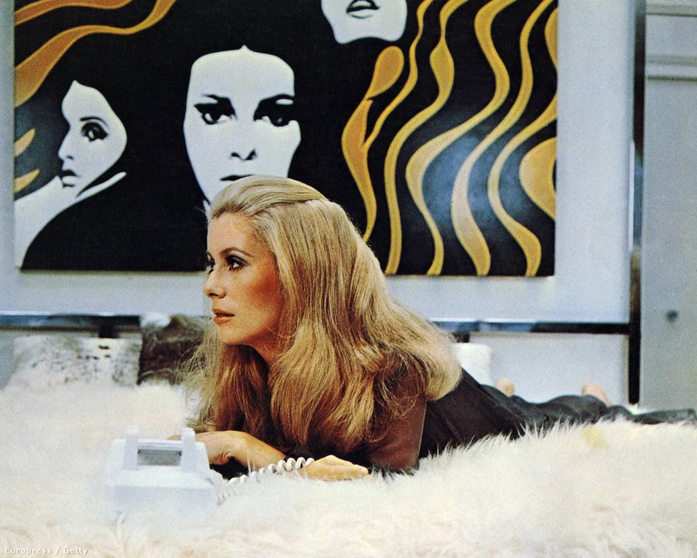 Deneuve egyik amerikai filmje, a Sötét utcák 1975-ből. Ebben Burt Reynoldszal játszott együtt, de hiába az amerikai sztárpartner, a színésznő soha nem lett olyan népszerű Amerikában, mint Európában. Az összes filmjénél jobban szerették azt a hirdetést, amiben a Chanel parfümöt reklámozta, Oscar-díjat sem kapott soha.